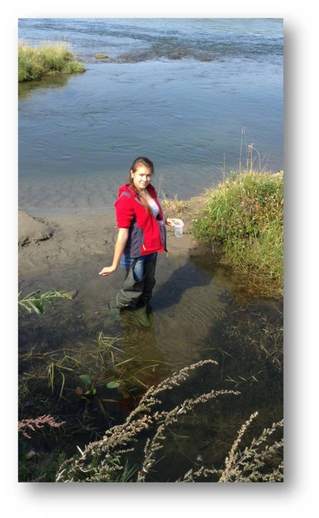 Пугачева Мария собирает моллюсков вАнгаре