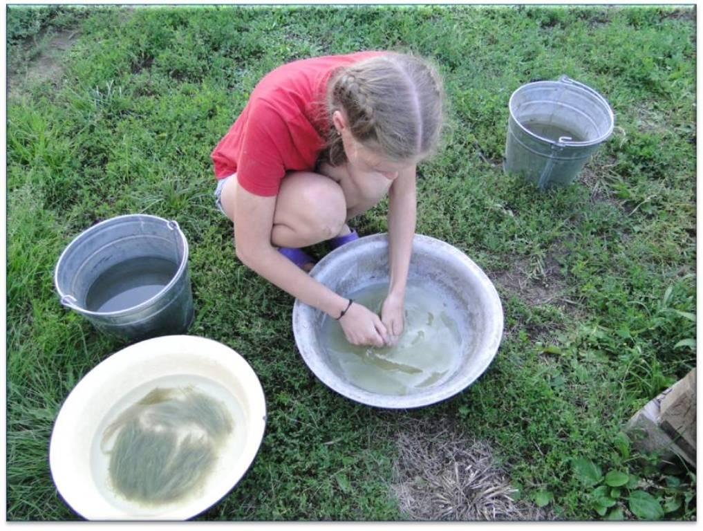 Раднаева Настя делает кудель из крапивы