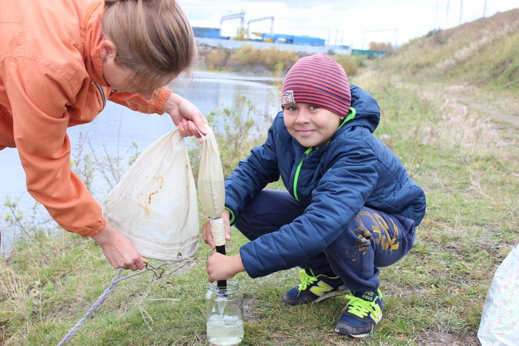 Серебренников Семён собирает планктон на Ново-ленинских болотах